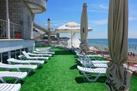 Отель Миллениум. Гостинично-развлекательный комплекс. Берег моря и выход на пляж