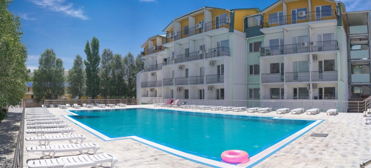 Отель Парадиз. До моря, примерно, 300 метров, номера, 2 бассейна, питание